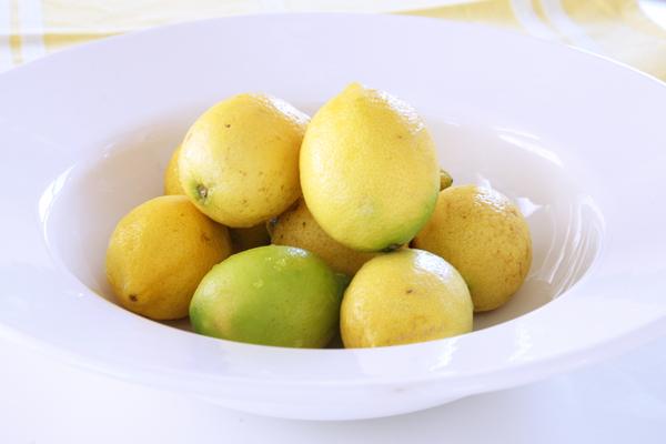 λεμονάδα με φρέσκα λεμόνια